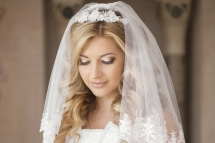 Beautiful bride woman with bouquet of flowers, wedding makeup an